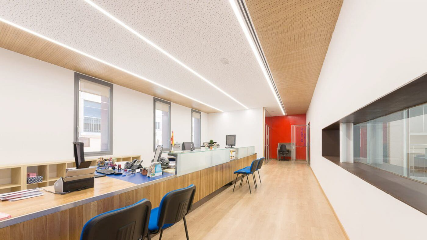 Proyecto de oficinas iluminado con sistemas de luminarias lineales.