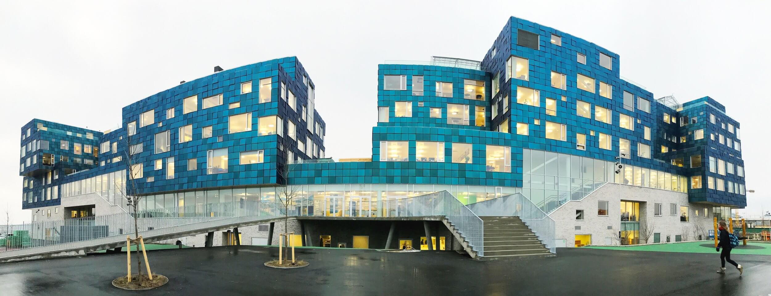 BIPV · Proyecto completo con paneles de vidrio fotovoltaico.