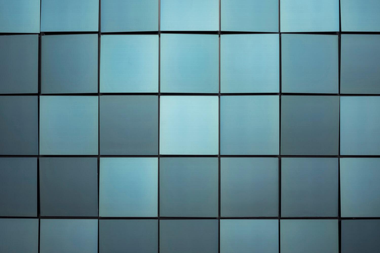 Paneles solares de vidrio con acabados en distintos colores.
