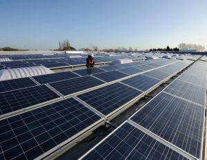 Instalación en cubierta de paneles solares produciendo el máximo ahorro al trabajar junto a lucernarios Sunoptics de Lledó