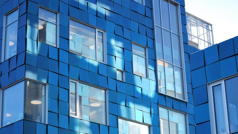 Ahorra energía con paneles solares de vidrio para integración en fachadas
