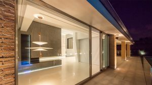 Fachada exterior iluminación de columnas