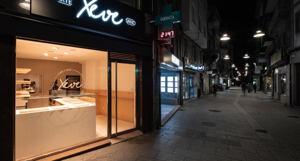 Panadería iluminada desde el exterior.